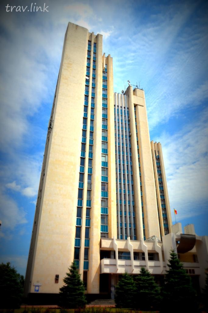 Самое высокое административное здание в Кишиневе - здание Министерства сельского хозяйства и пищевой промышленности (бывший Агропром), что по бульвару Штефана чел Маре, - 18 этажей, время постройки - конец 70-х, начало 80-х.