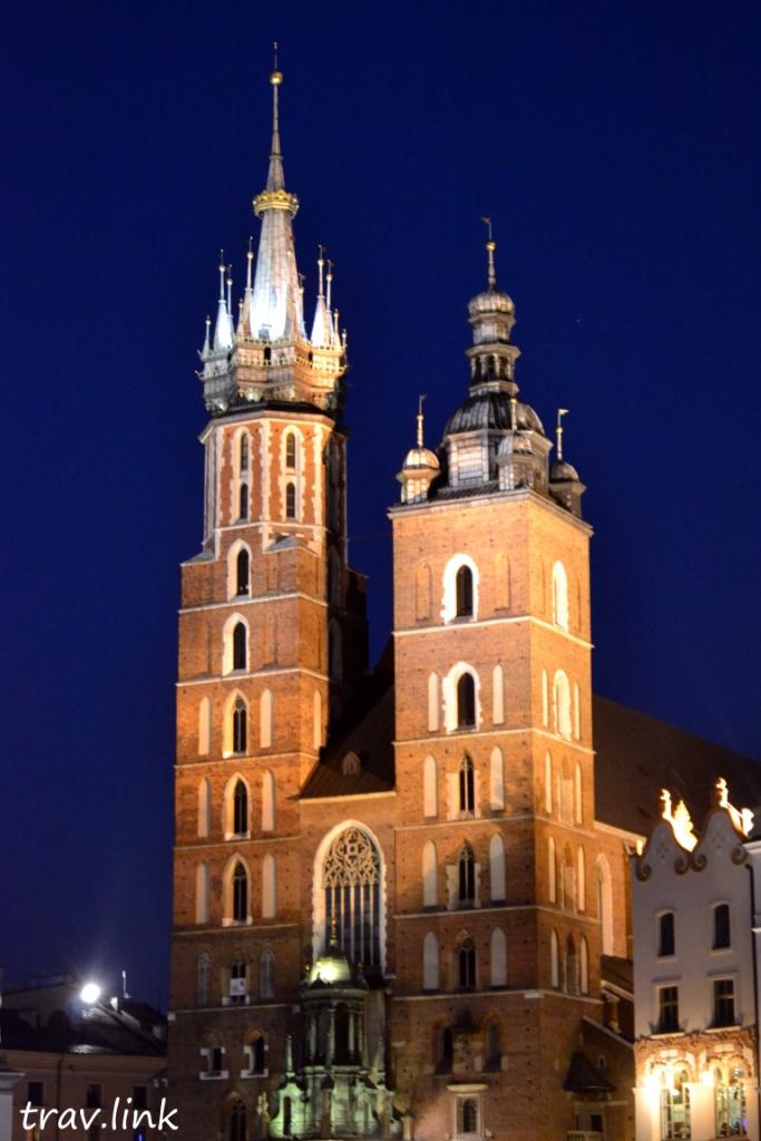 Церковь Успения Пресвятой Девы Марии (Мариацкий костёл) вечером на площади в кракове