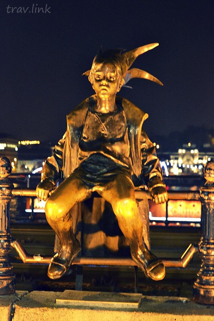 """Девочка одета в карнавальный костюм. Но туристы иногда называют ее """"Звездный мальчик"""". :) Это «Маленькая королева» Мартона Ласло 1989 г."""