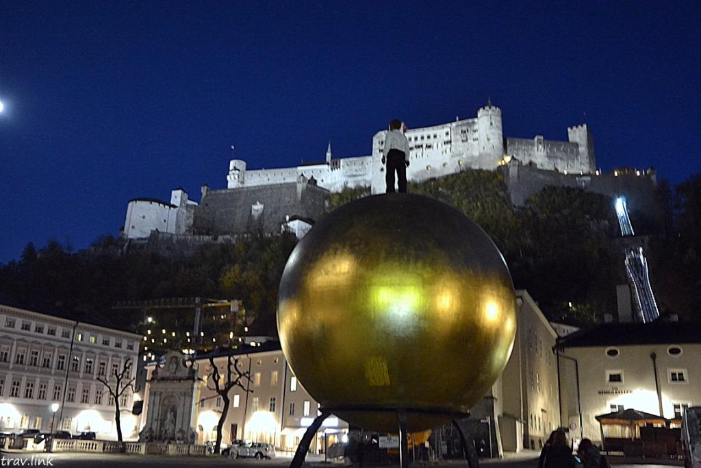 мальчик на шаре в Австрии