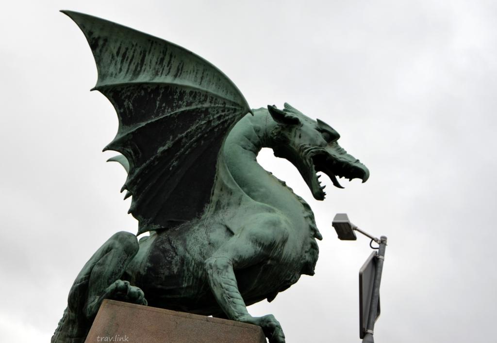 дракон на берегу Любляницы в Любляне Словения фото