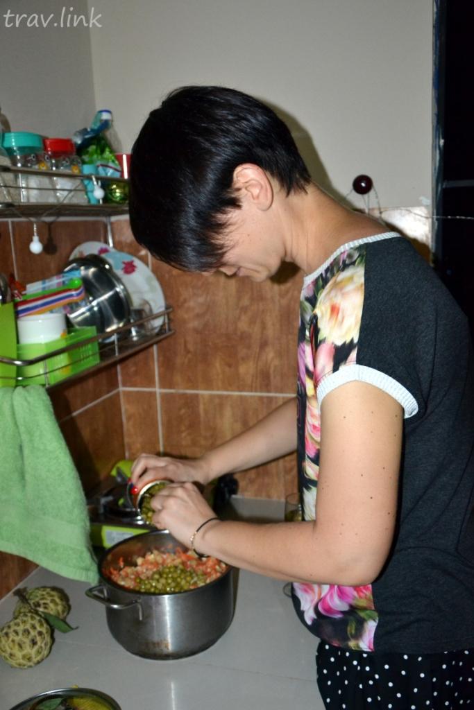 Полина готовит оливье во Вьетнаме