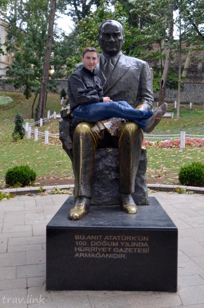 Русфет Кадыров на памятнике Ататрюрку в Гульхане, Стамбул, Турция.