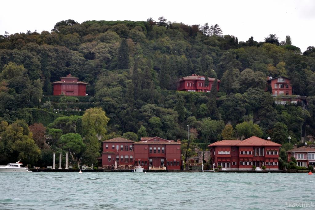 Красные домики в Стамбуле на берегу Босфора
