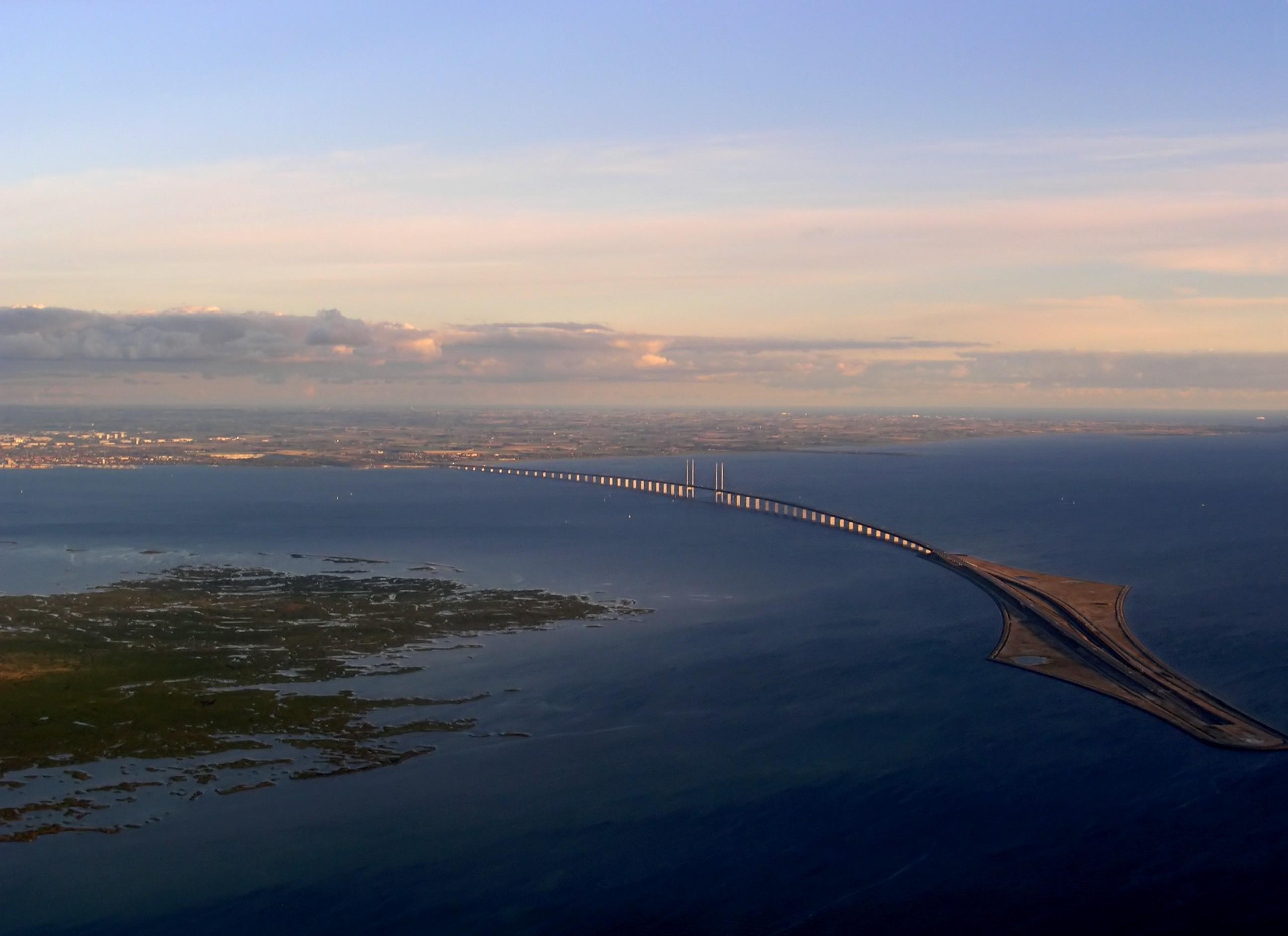 Вид со стороны Копенгагена. Слева — остров Сальтхольм, справа — искусственный остров Пеберхольм. На горизонте виден Мальмё.